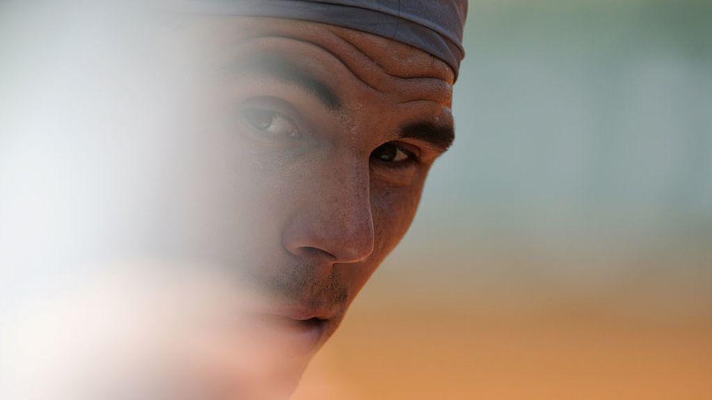 El español, durante uno de los descansos observa a Djokovic.