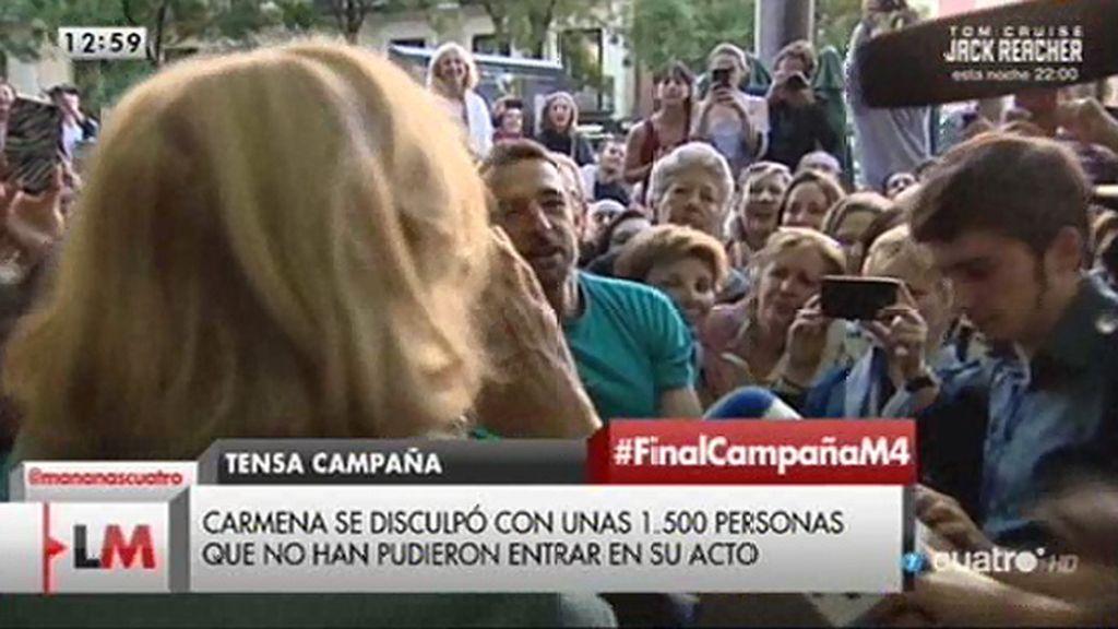 Carmena se disculpó con unas 1500 personas que no pudieron entrar en su acto