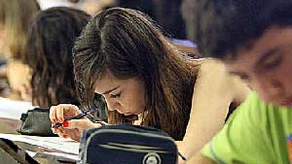 Alumnos durante uno de los test de Selectividad. Foto. EFE