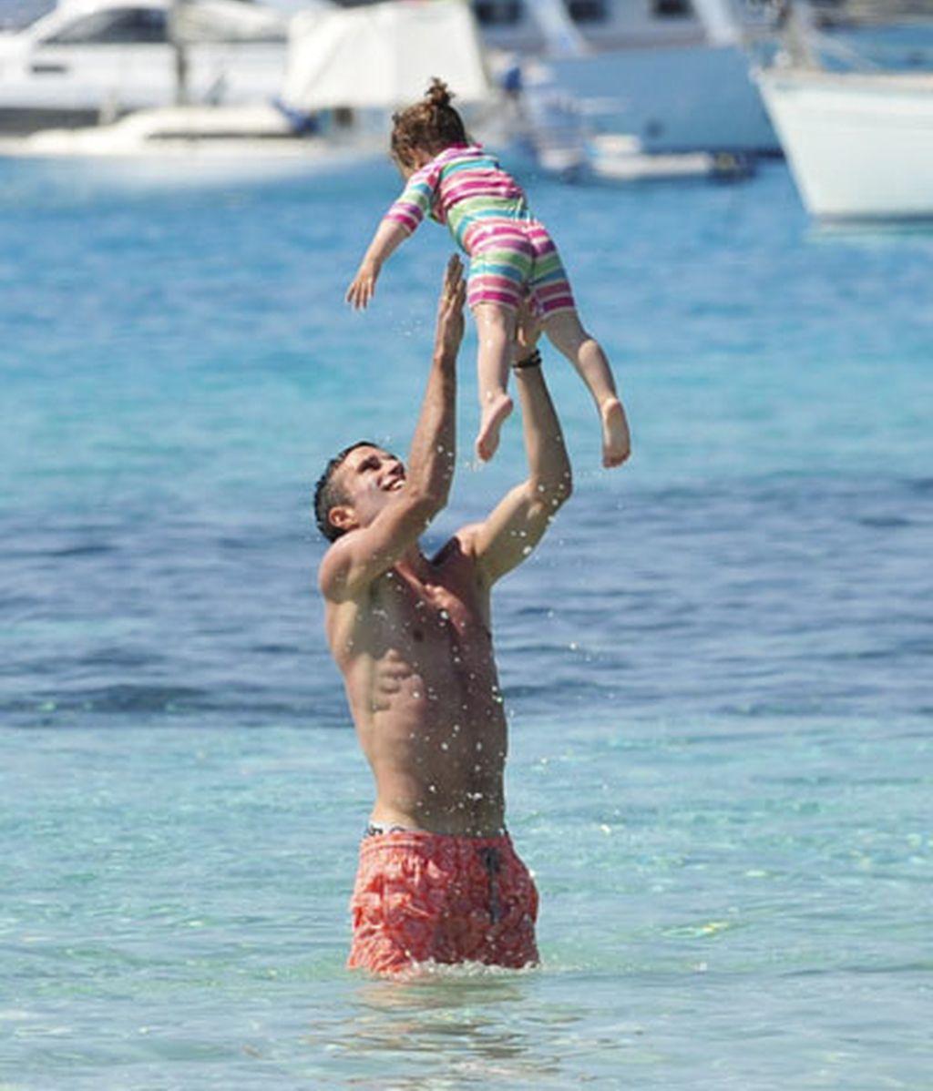 Van Persie (Arsenal), con su familia en Ibiza