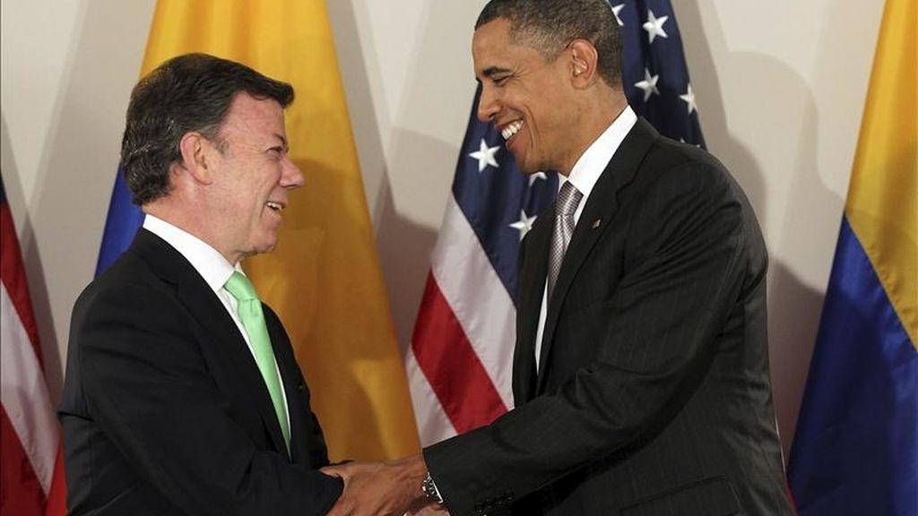 El presidente estadounidense, Barack Obama (dcha), estrecha la mano de su homólogo colombiano, Juan Manuel Santos, el pasado 24 de septiembre de 2010. EFE/Archivo