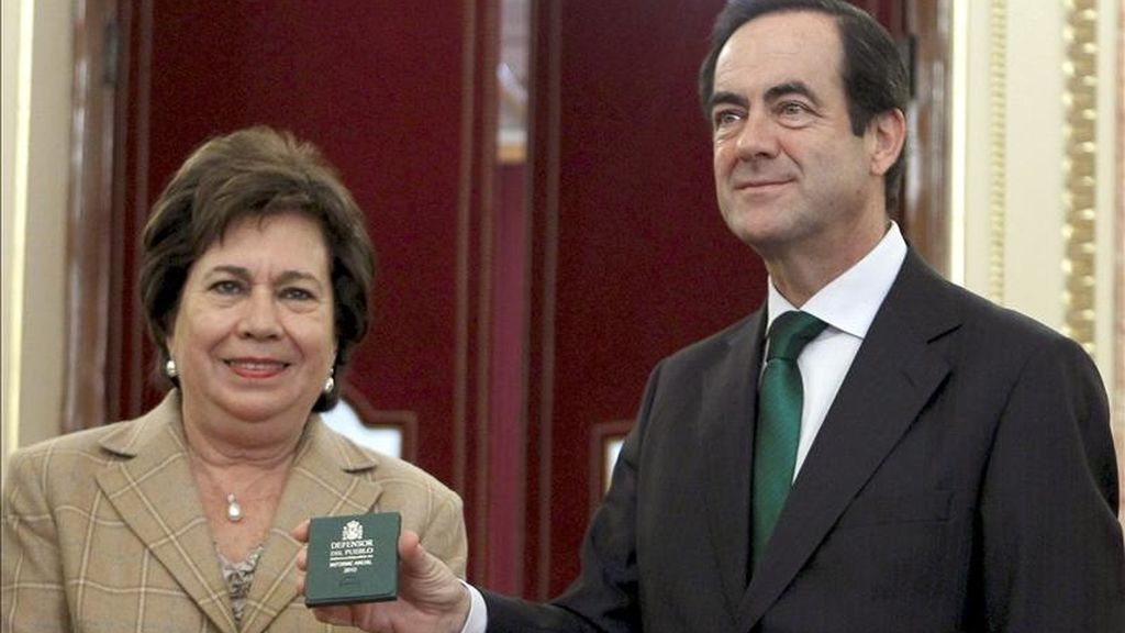 La Defensora del Pueblo en funciones, María Luisa Cava de Llano, durante la entrega del informe anual de la institución correspondiente al 2010 al presidente del Congreso, José Bono. EFE