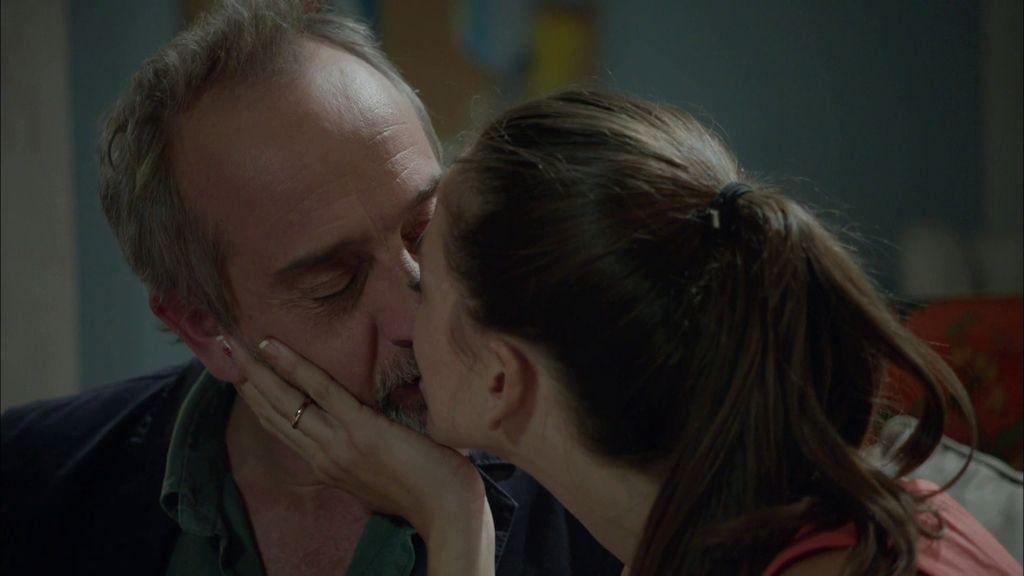 """El 'lapsus' de Pablo: Llama a Clara """"Candela"""" después de darle un beso en los labios"""