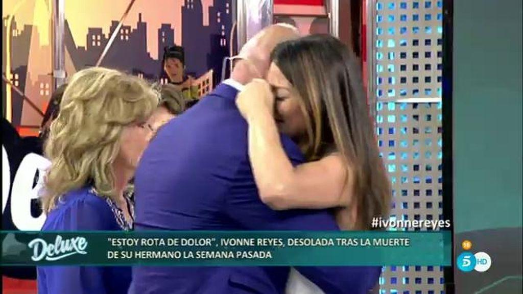 Los abrazos de apoyo a Yvonne Reyes
