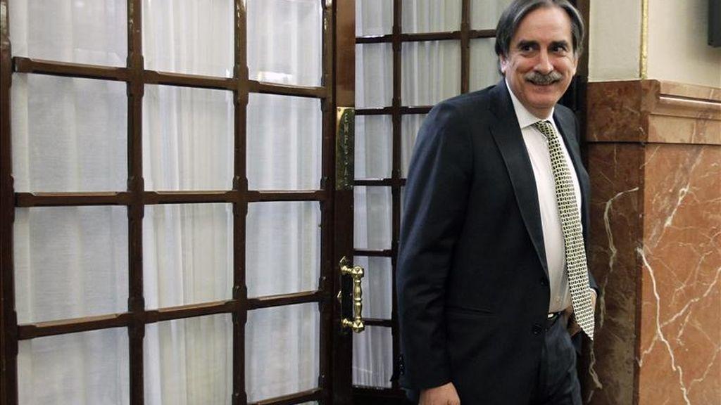 El ministro de Trabajo, Valeriano Gómez, en los pasillos del Congreso durante la sesión de control al Gobierno del pleno de hoy. EFE