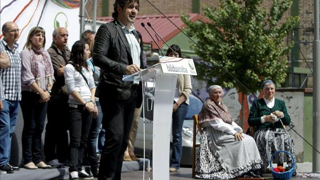 El secretario general de Eusko Alkartasuna, Peio Urizar, interviene en el mitin que la coalición Bildu ha celebrado hoy en la localidad alavesa de Amurrio. EFE