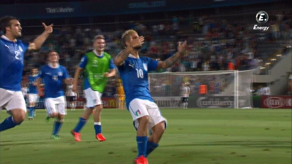 Los jugadores italianos celebran el gol de Insigne.