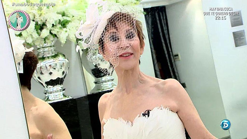 Karmele Marchante se viste de novia para anunciar la boda