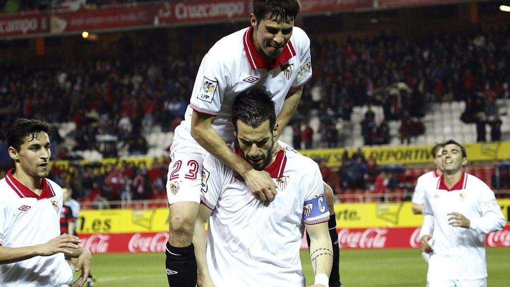 El delantero del Sevilla CF, Álvaro Negredo , celebra su tercer gol con sus compañeros, durante el partido, correspondiente a la vigésimo sexta jornada de Liga ante el Celta