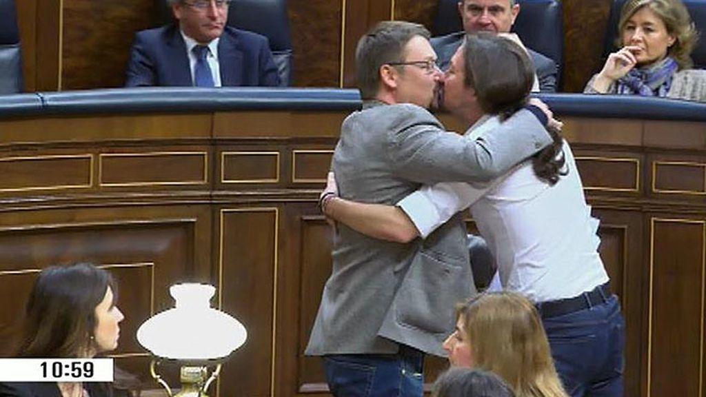 Iglesias y Domènech, besos en el Congreso