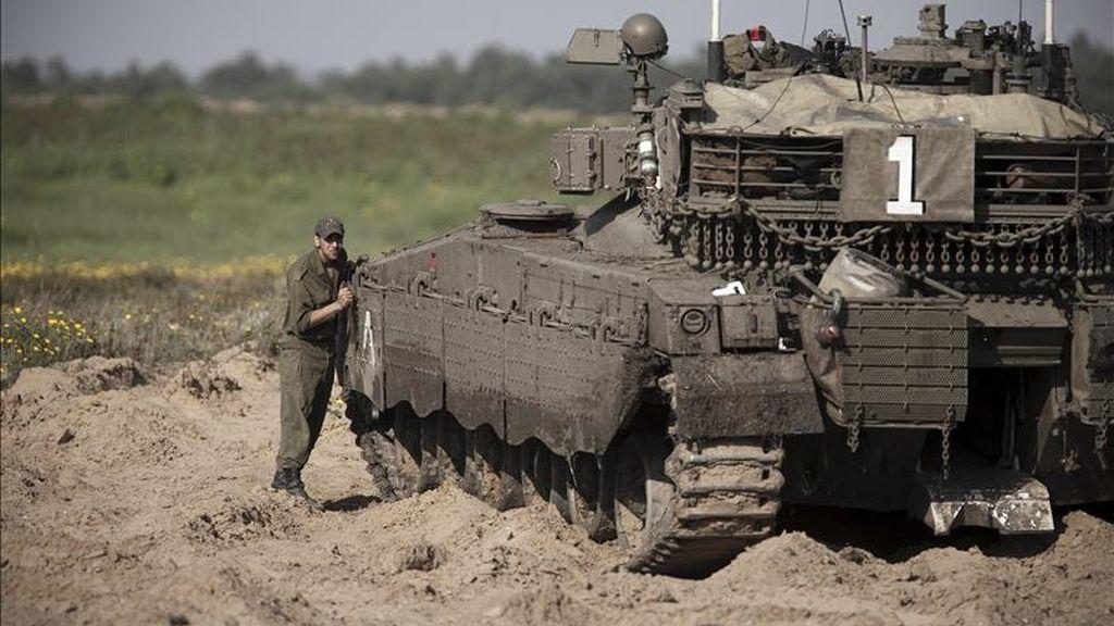 Un soldado israelí limpia un tanque militar cerca de la frontera entre Israel y el sur de la Franja de Gaza. EFE/Archivo