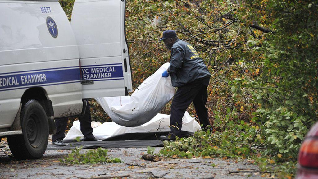 Los servicios de emergencias recogen los cadáveres de dos víctimas del huracán 'Sandy' en la ciudad de Nueva York