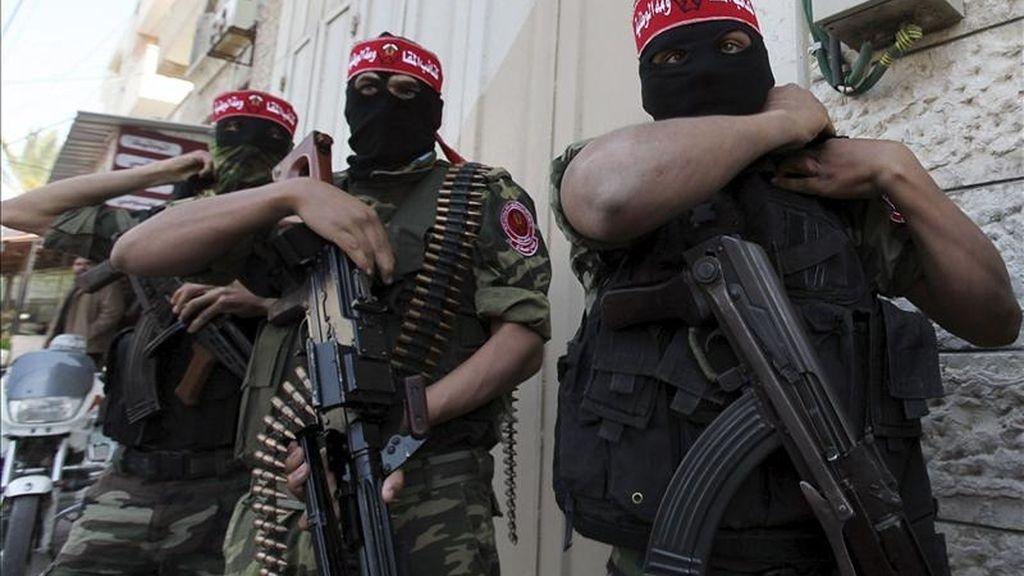 Militantes palestinos de las Brigadas de Resistencia Nacional, el brazo militar del Frente Democrático para la Liberación de Palestina, durante una rueda de prensa en la ciudad de Gaza hoy. EFE