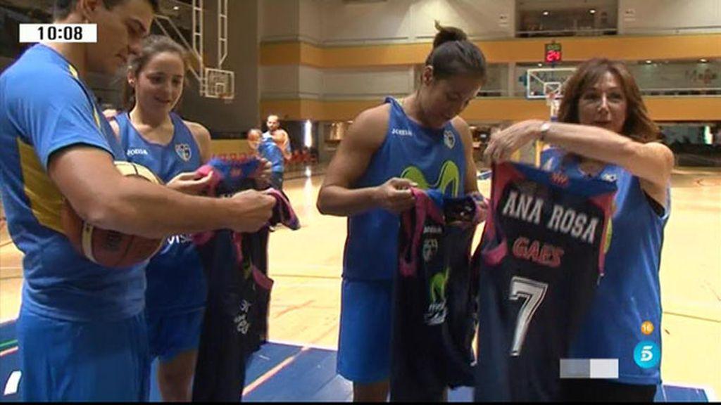 Las jugadoras del Estudiantes ¡regalan camisetas a Pedro Sánchez y a Ana Rosa!