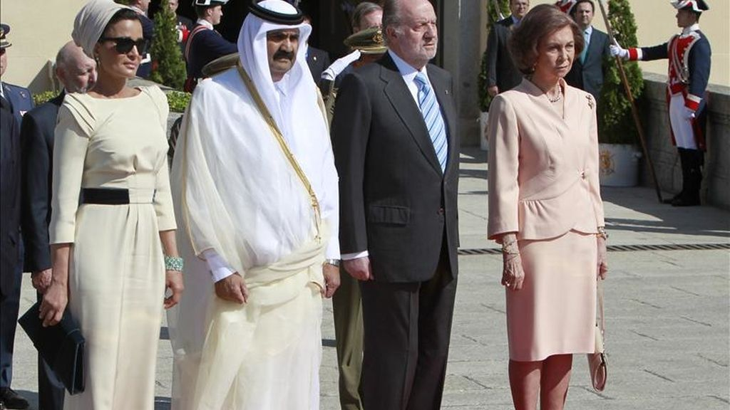 Los Reyes despiden en el Palacio de El Pardo al emir de Catar, Hamad Bin Jalifa al-Thani, y a la esposa de este, Mozah Bient Nasser, quienes han puesto fin a su visita oficial de dos días a España para potenciar las relaciones bilaterales. EFE