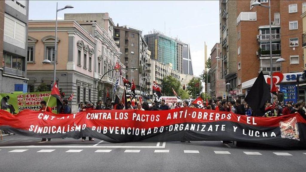 Cabecera de la manifestación convocada hoy en Madrid por el sindicato CNT con motivo del primero de mayo, que se celebra en un contexto de crisis económica y con el número de parados en una cifra histórica próxima a los cinco millones. EFE