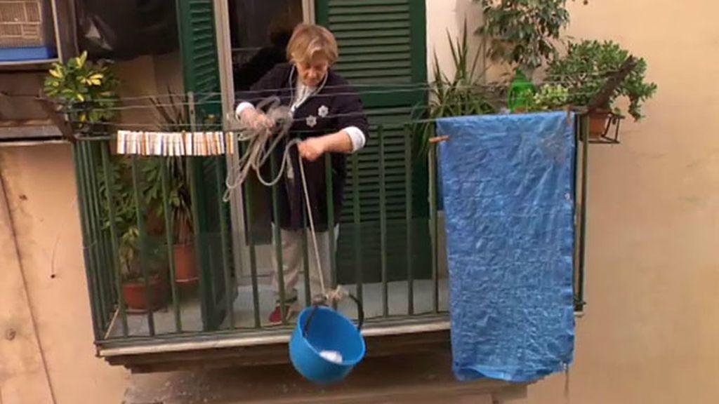 Las mujeres del sur de Italia hacen la compra desde los balcones de casa