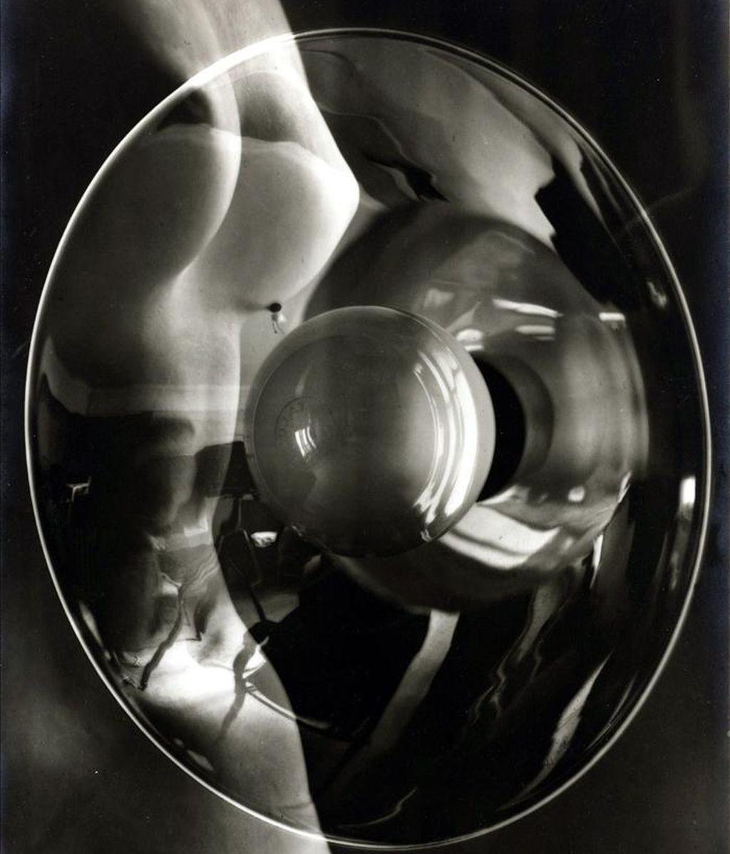 """Reproducción de la imagen """"Photomontage with Nude and Studio Light"""", del artista surrealista Man Ray (1890-1976), que se adjudicó el 6 de abril 2011, por 410.500 dólares en una subasta en Nueva York (EE.UU.), con lo que se convirtió en la obra más cara de la puja de fotografías organizada por la firma Sotheby's. EFE/Man Ray/Sotheby's"""