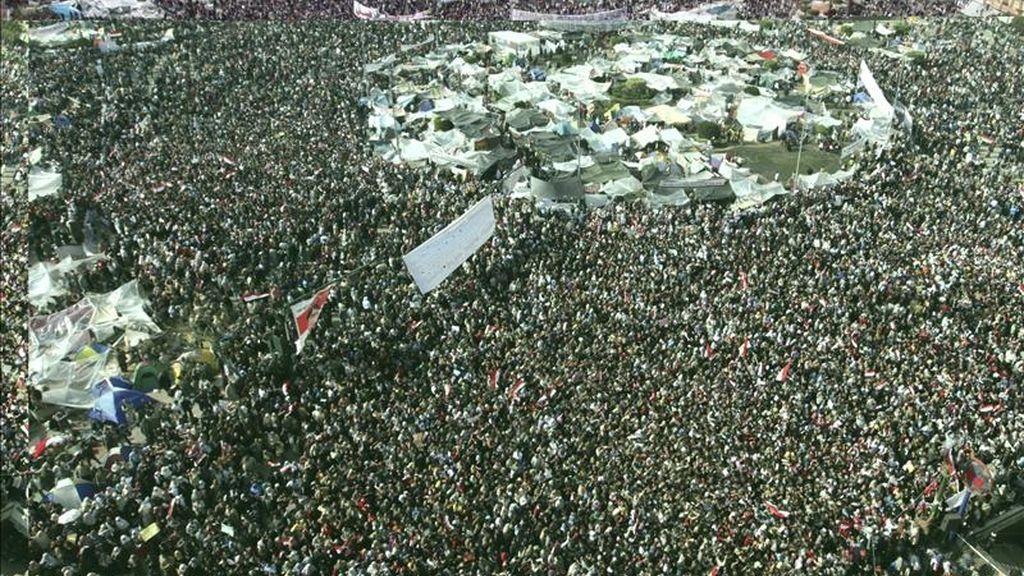 Miles de manifestantes egipcios antigobierno continúan con las protestas contra el presidente Hosni Mubarak por decimoquinto día consecutivo, en la plaza de Tahrir en El Cairo. EFE