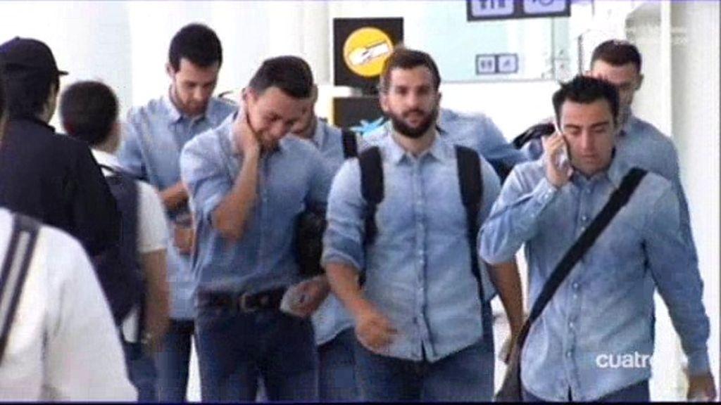 Aroma de victoria en la llegada del Barcelona al aeropuerto de Madrid