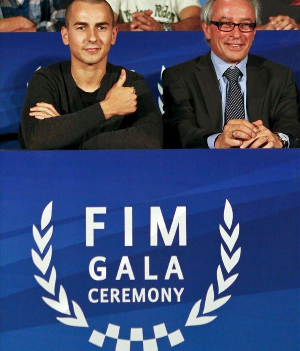 El campeón del mundo de MotoGP, Jorge Lorenzo, (i), junto al presidente de la Federación Internacional de Motociclismo (FIM) Vito Ippolito atienden a los medios durante una rueda de prensa ofrecia antes del comienzo de la Gala de la FIM, en el casino de Estoril, Portugal. EFE/Archivo