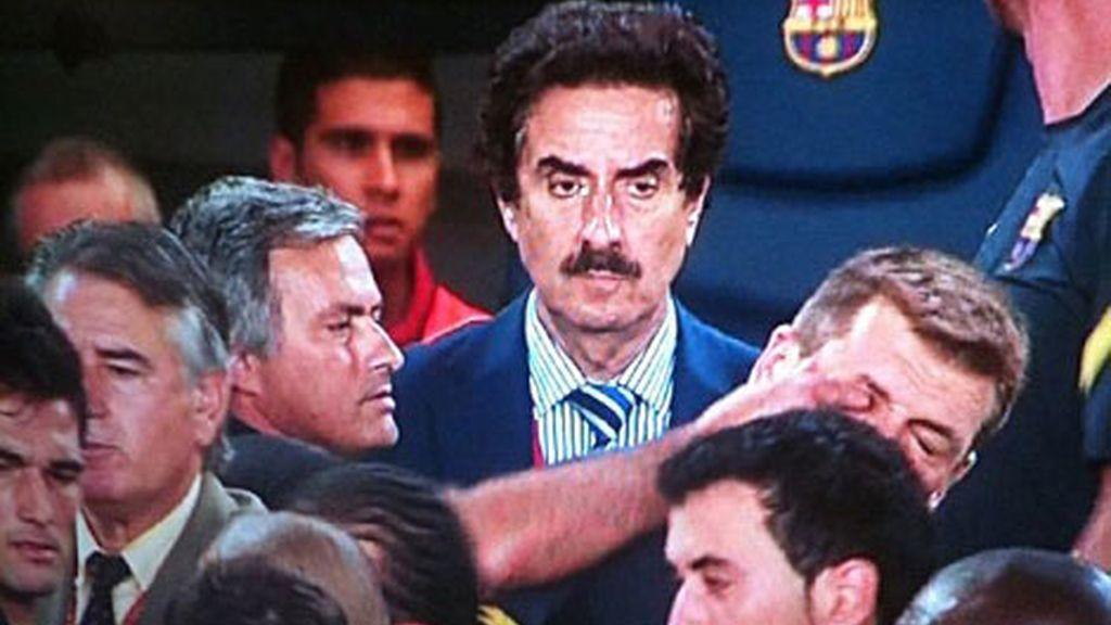 Mourinho le introduce el dedo en el ojo a Tito Vilanova (foto: twitter)