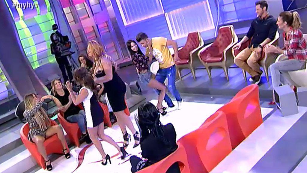 Lara enseña a Sandra a bailar