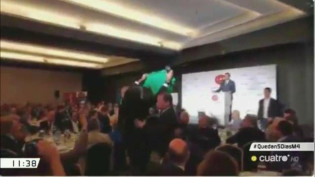 Dos miembros de la PAH interrumpen en silencio un acto de Rajoy en Barcelona