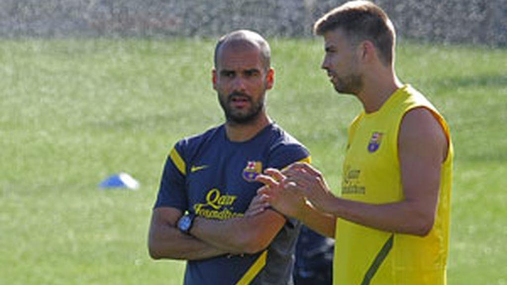Pique charla con Guardiola durante un entrenamiento. Foto: GTres