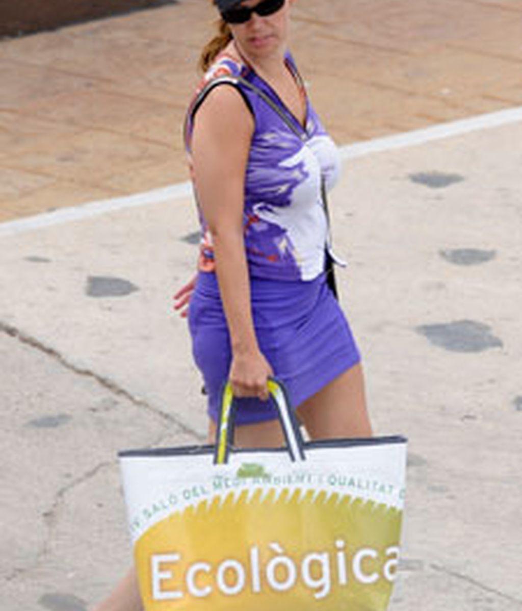 La ministra de Sanidad, Leire Pajín, camina durante sus vacaciones en Menorca. Foto: Gtres