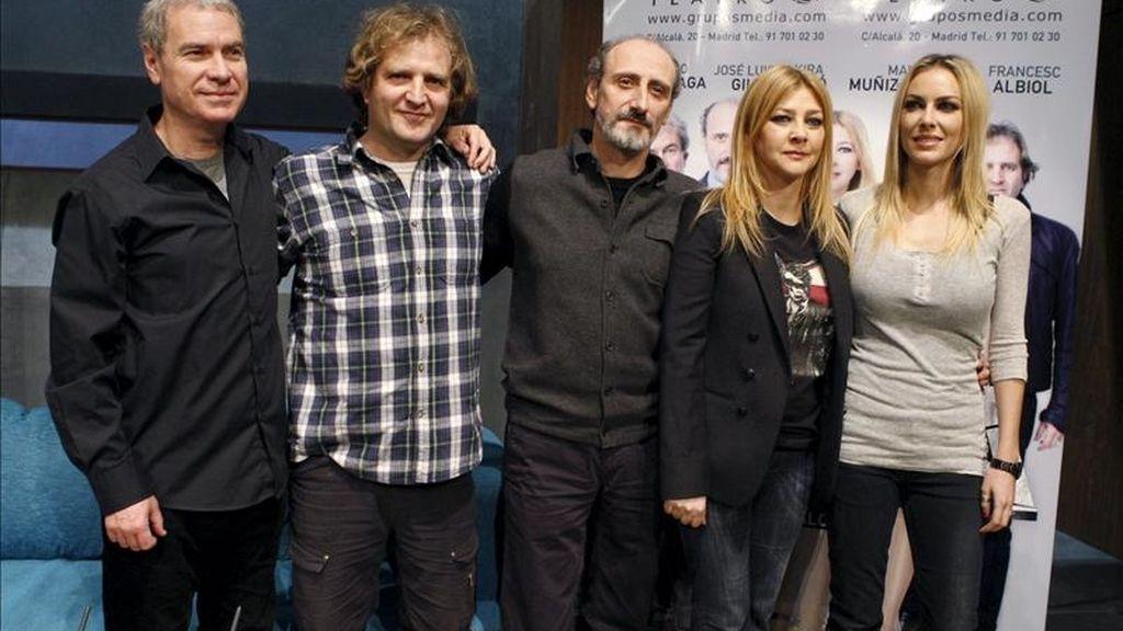 """Los actores Kira Miró (d), Amparo Larrañaga, José Luis Gil (c), Mauro Muñiz de Urquiza (2i), y Francesc Albiol (i), posan durante la presentación de la obra """"Fuga"""", de Jordi Galcerán, que se estrena hoy en el Teatro Alcázar de Madrid. EFE"""