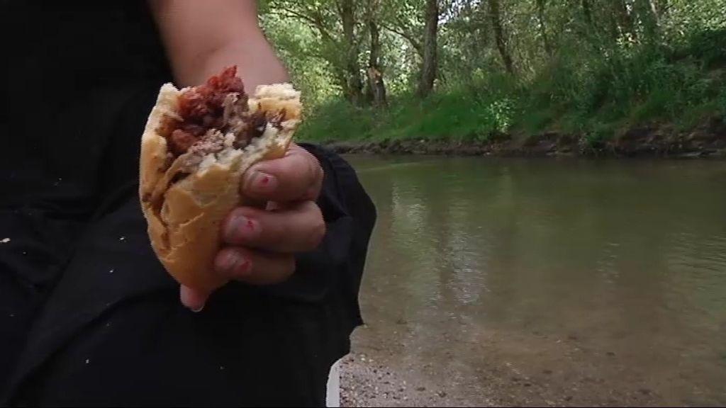 Bocata, tortillas y filetes empanados para comer a orillas del río