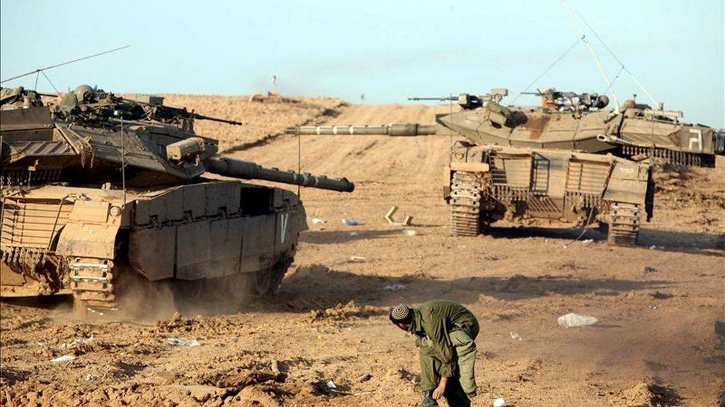 Un soldado israelí observa las maniobras de los tanques de su Ejército en un lugar próximo a la frontera entre Israel y la Franja de Gaza, instantes antes de comenzar el avance hacia Gaza, el 14 de enero de 2009. EFE/Archivo