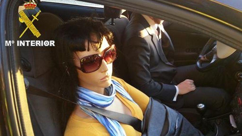 un individuo que circulaba por el carril Bus-VAO (Vehículo de Alta Ocupación) de la carretera A-6, en dirección Madrid, con un maniquí de mujer en el asiento del copiloto