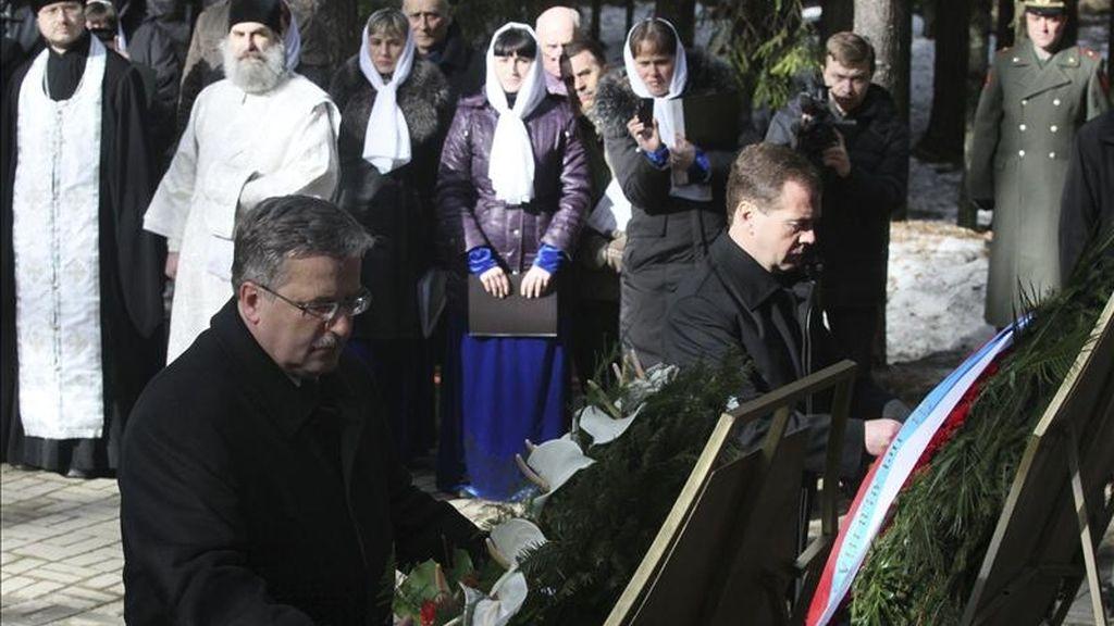 """El presidente polaco Bronislaw Komorowski (i) y su homólogo ruso Dmitry Mévdeved (d) ofrecen dos coronas de flores durante una ceremonia en memeria de las víctimas de la conocida históricamente como """"La matanza de Katyn"""", en el cementerio ortodoxo del bosque de Katyn, en Smolensk, Rusia. EFE"""