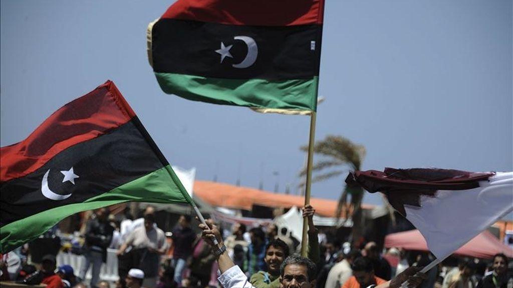 Libios ondean banderas pre-Gadafi durante los rezos del mediodía del viernes en la ciudad de Bengasi, al este de Libia. EFE/Archvio
