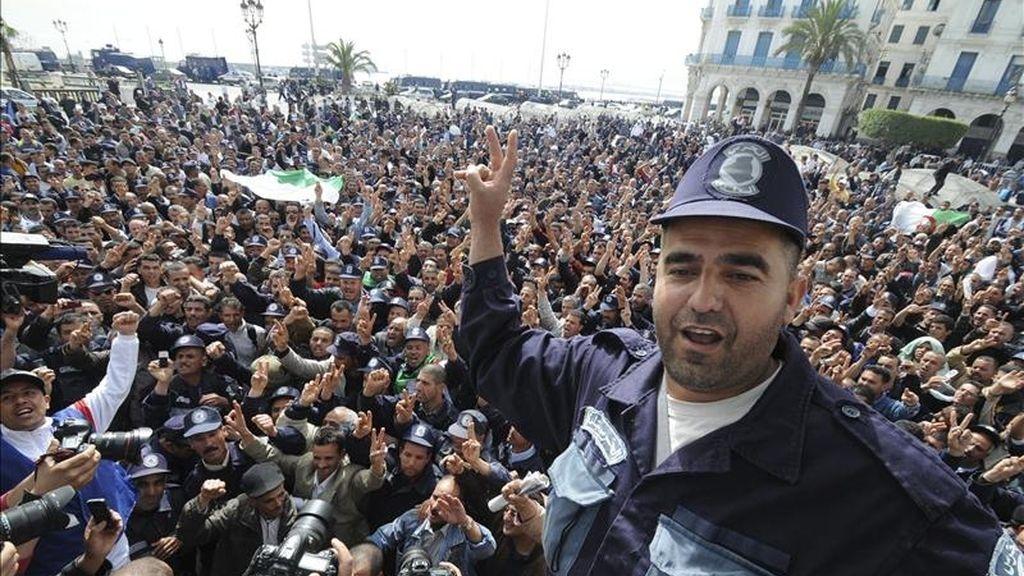 Guardias comunales argelinos participan en una protesta en Argel (Argelia), el pasado 3 de abril. EFE/Archivo