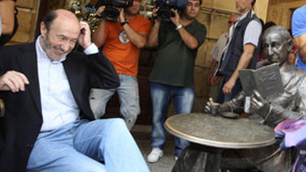 Rubalcaba, sentado junto a una estatua del poeta Gerardo Diego, durante la visita que ha realizado a Soria FOTO: EFE