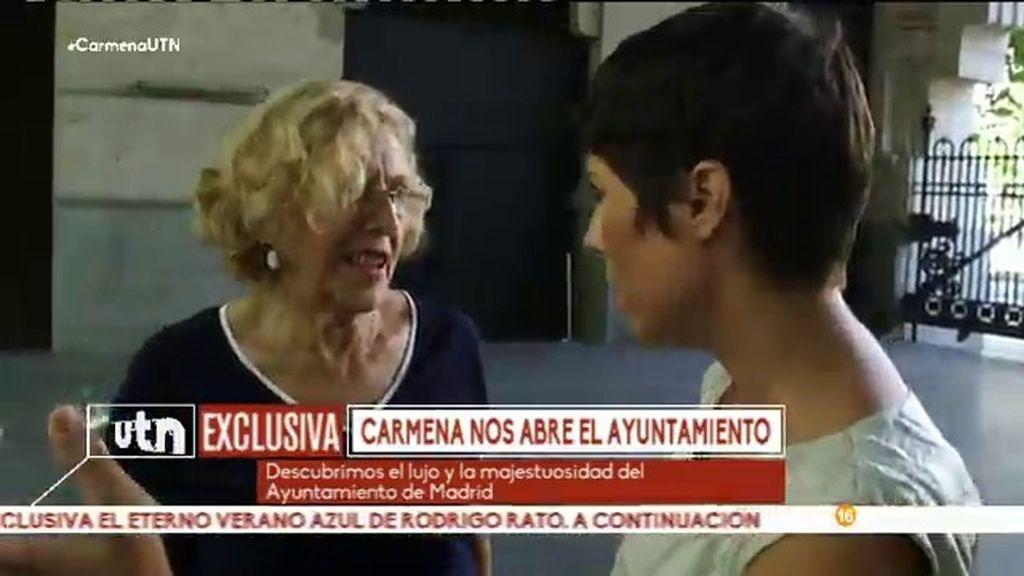 Marta Nebot, asomabrada con la grandiosidad del Ayuntamiento de Madrid