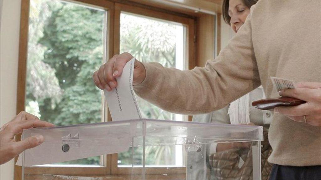 Un ciudadano deposita su voto en una urna. EFE/Archivo