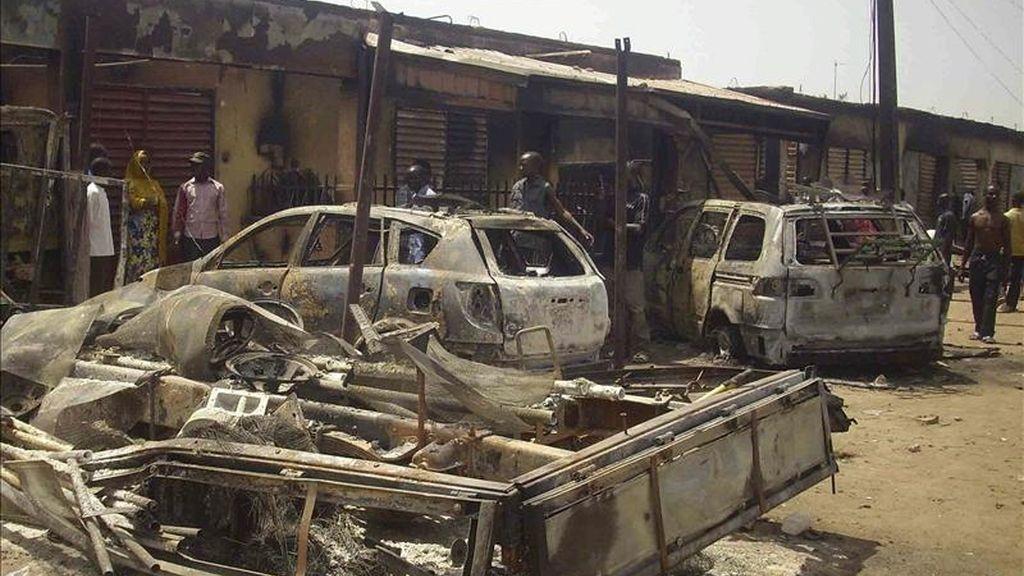 Unos vehículos muestra las consecuencias de los episodios violentos tras la victoria en las elecciones presidenciales del actual presidente de Nigeria, Goodluck Jonathan, en la localidad de Jimeta-Yola, en el norte de Nigeria, el 18 de abril de 2011. EFE