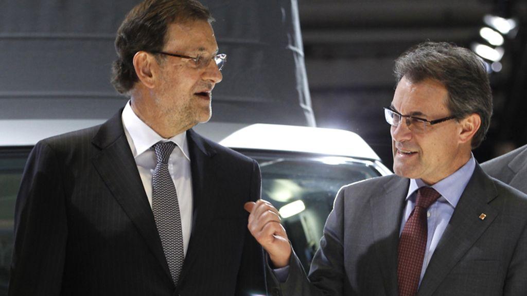 Mariano Rajoy y Artur Mas coversan durante la inauguración del Salón del Automóvil