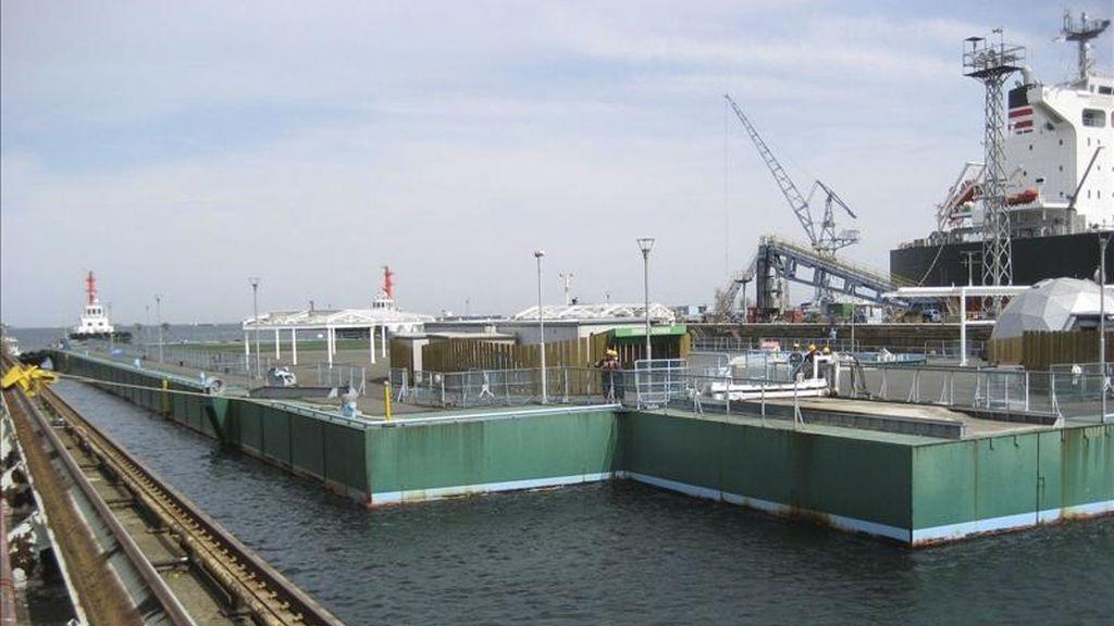 Imagen cedida el 8 de abril de 2011 por Tokio Electric Power (TEPCO), que muestra la llegada de una pltaforma flotante gigante al puerto de Yokohama (Japón), la plataforma será utilizada para almacenar agua con radiactividad de la planta nuclear de la provincia de Fukushima. EFE/Tepco