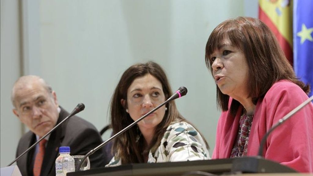 La embajadora de España ante la OCDE, Cristina Narbona (d), durante su intervención hoy en el acto conmemorativo de los 50 años de la OCDE, en el que también participaron la secretaria de Estado de Cooperación Internacional, Soraya Rodríguez, y el secretario general de la OCDE, Ángel Gurría. EFE