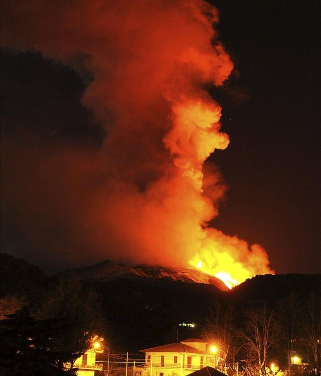 Imagen facilitada por el Instituto Nacional de Geofísica y Vulcanología de Italia (INGV), que muestrala actividad del volcán Etna, que ha entrado en erupción en la isla italiana de Sicilia en las últimas horas, dejando un espectacular río de lava por una de sus laderas y poniendo en alerta a las autoridades locales, hoy, jueves 13 de enero de 2011. EFE