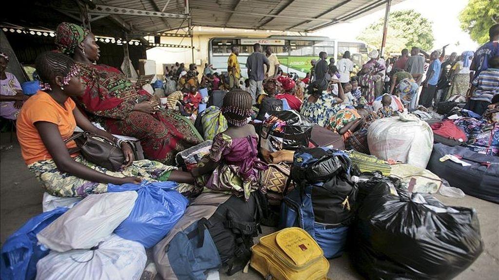 Marfileños se concentran en una estación de buses para salir de Abiyán, en Costa de Marfil, el pasado  martes 29 de marzo. EFE