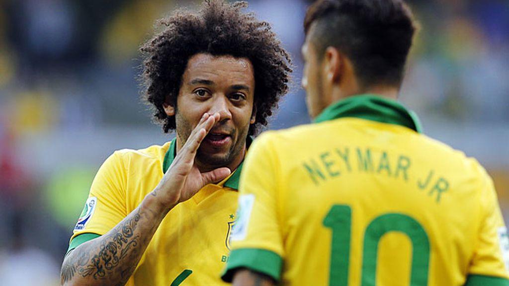 Marcelo habla con Neymar durante el partido