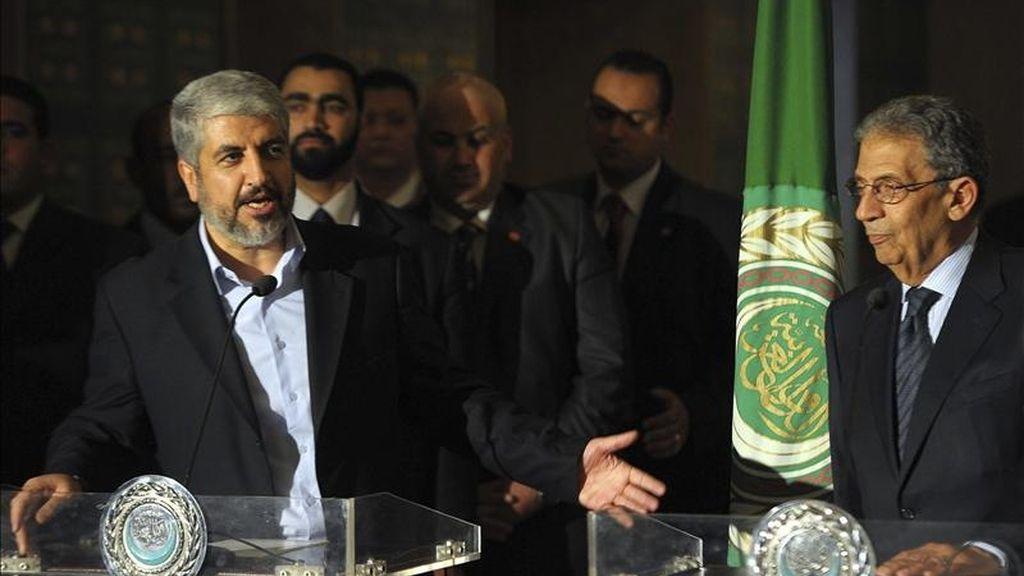 El máximo líder del grupo palestino Hamás, Jaled Meshaal, (i), y el secretario general de la Liga Árabe, Amr Mousa (d), comparecen ante los medios en El Cairo, Egipto. EFE