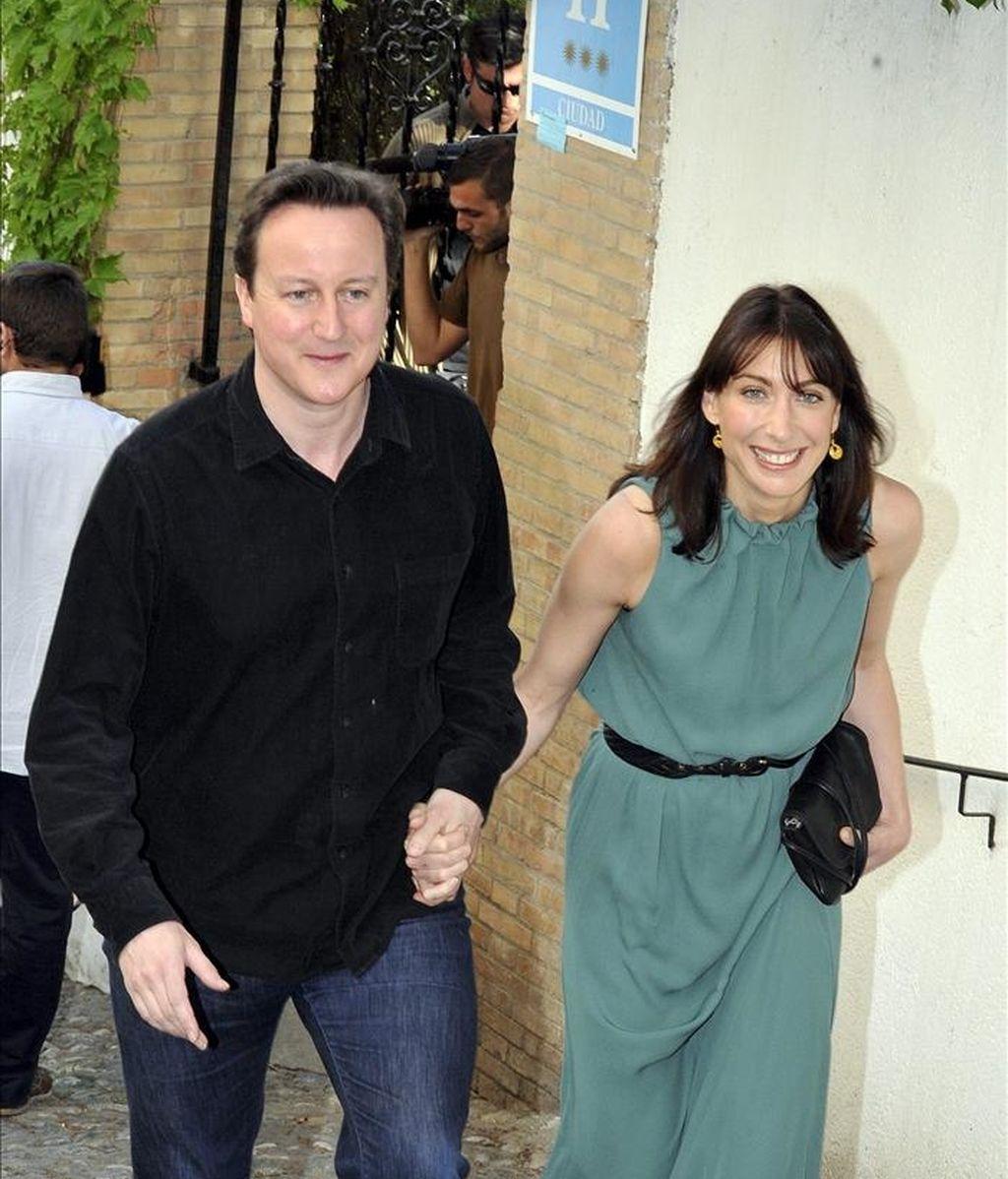El primer ministro británico, David Cameron ha descartado el frac como atuendo para acudir a la boda real. En la imagen, Cameron y su mujer Samantha, salen del hotel del barrio del Realejo en Granada donde se alojaron durante su visita privada el 7 de abril pasado. EFE/Archivo