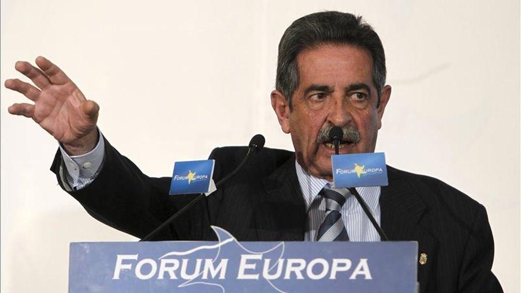 El presidente de Cantabria, Miguel Ángel Revilla, durante su intervención en el foro Nueva Economía que se celebra en Madrid. EFE